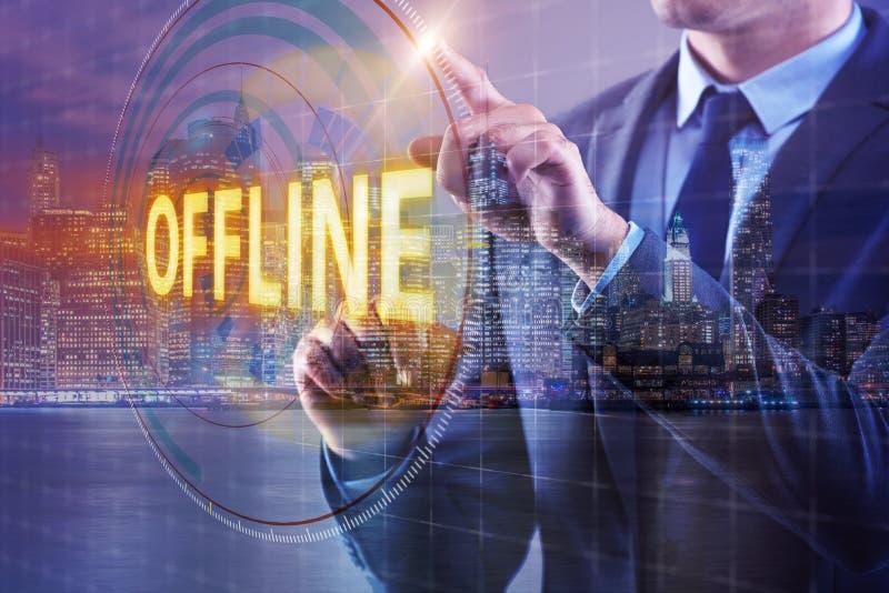 Der Geschäftsmann, der off-line virtuellen Knopf bedrängt stockfoto