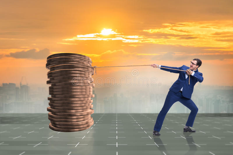 Der Geschäftsmann, der Stapel Goldmünzen zieht stockbilder