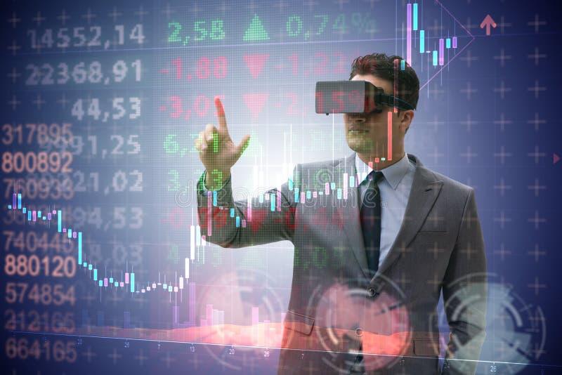 Der Geschäftsmann in der virtuellen Realität, die auf Börse handelt stockbild