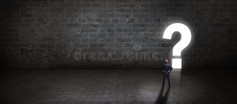 Der Geschäftsmann, der vor einem Portal steht, formte als questionmark stockbild