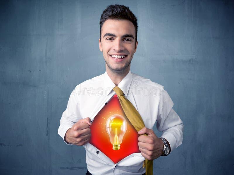 Der Geschäftsmann, der weg vom Hemd und von der Glühlampe der Idee zerreißt, erscheint lizenzfreie stockbilder