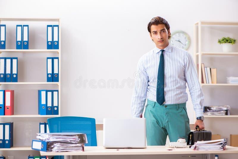 Der Geschäftsmann ekelte mit Schaben im Büro stockfotografie