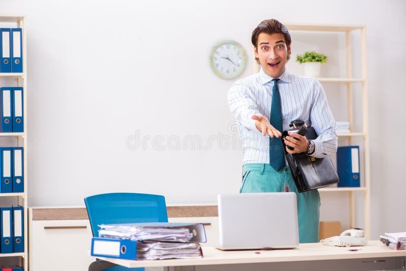 Der Geschäftsmann ekelte mit Schaben im Büro stockfotos
