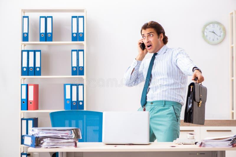 Der Geschäftsmann ekelte mit Schaben im Büro lizenzfreies stockfoto