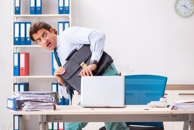 Der Geschäftsmann ekelte mit Schaben im Büro lizenzfreie stockfotografie
