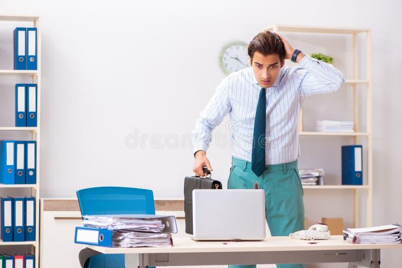 Der Geschäftsmann ekelte mit Schaben im Büro stockbild