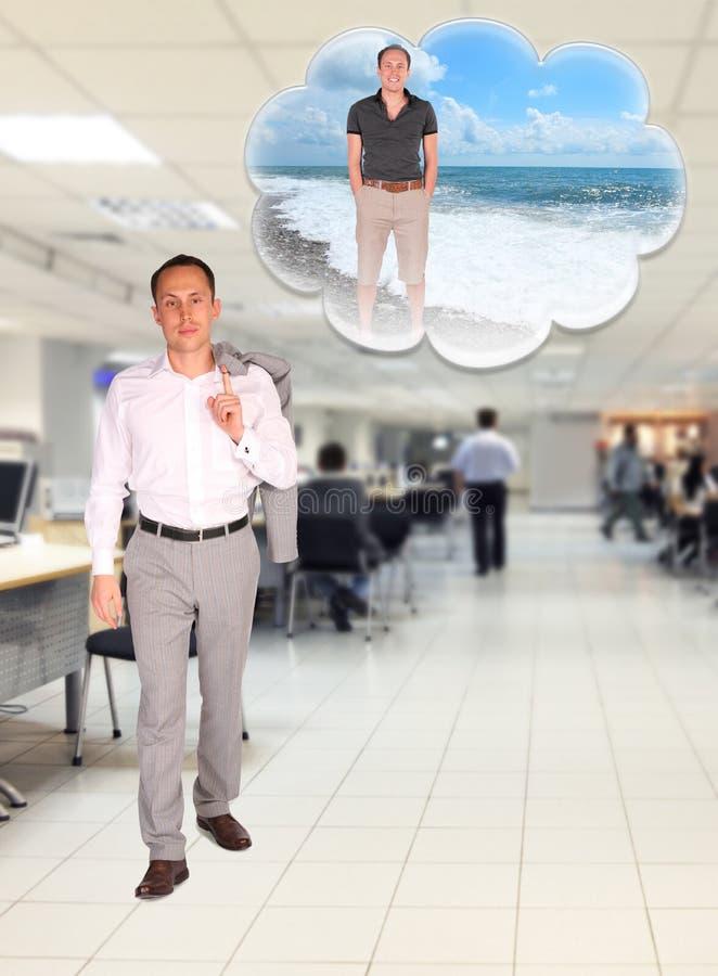 Der Geschäftsmann geht in Büro träumend über Rest stockbild