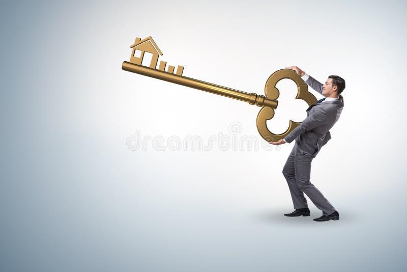 Der Geschäftsmann halten Schlüssel im Immobilienkonzept stockfoto