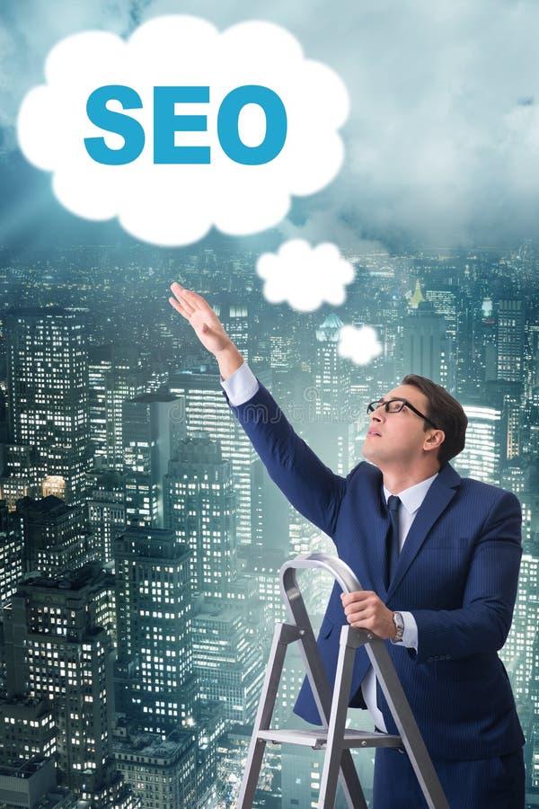 Der Geschäftsmann im seo Suchmaschinen-Optimierungs-Konzept lizenzfreie stockfotografie