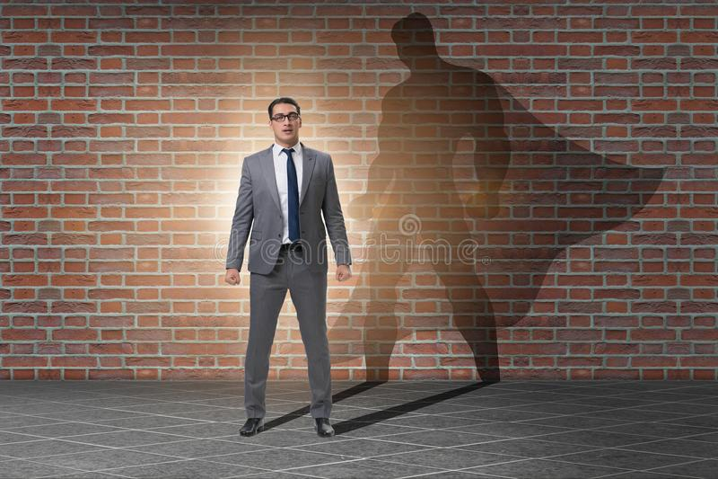 Der Geschäftsmann mit Aspiration des werdenen Superhelden lizenzfreies stockbild