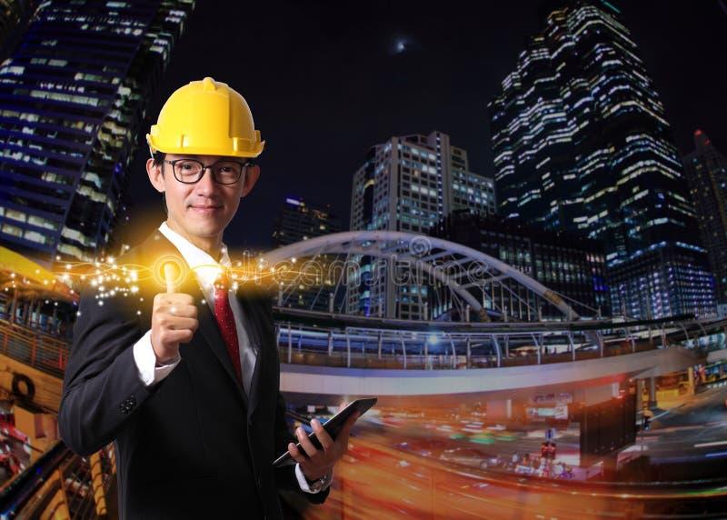 Der Geschäftsmann, der moderne Sozialknöpfe auf einer Nacht bedrängt, beleuchten Stadt lizenzfreie stockbilder
