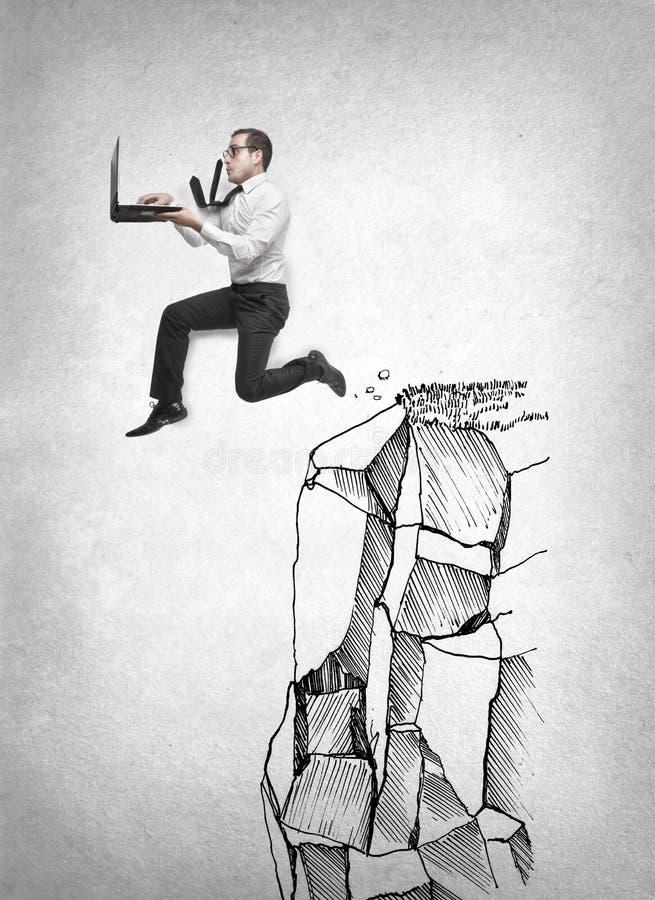 Der Geschäftsmann springend mit seinem Laptop lizenzfreie stockbilder