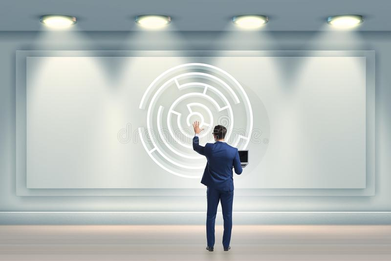 Der Geschäftsmann sucht nach Weisen, vom Labyrinthlabyrinth zu entgehen lizenzfreie stockfotos