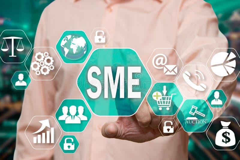 Der Geschäftsmann wählt das kleine und den Mittelbetrieb, SME auf dem virtuellen Schirm in der GeschäftsNetwork Connection stockfotos