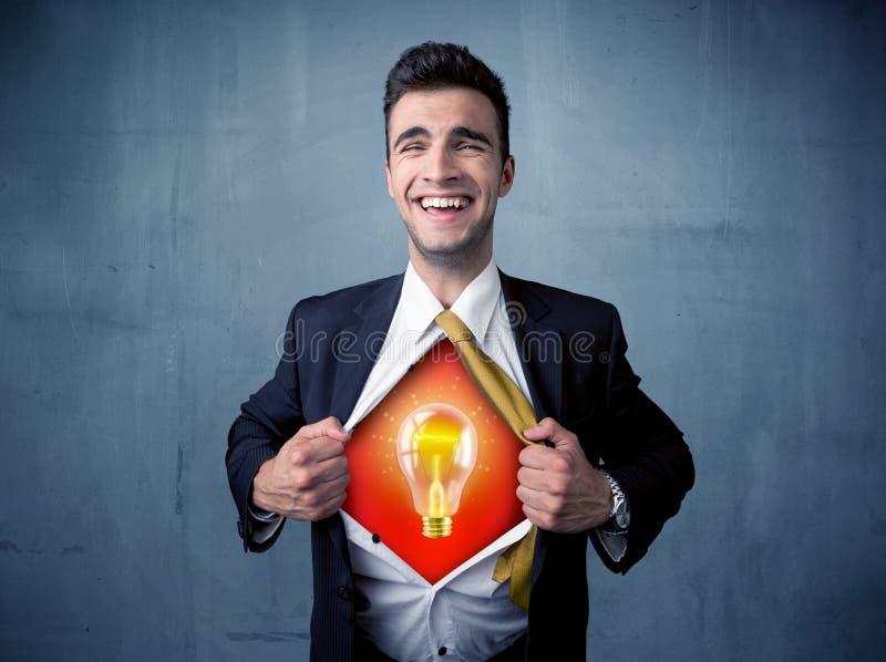 Der Geschäftsmann, der weg vom Hemd und von der Glühlampe der Idee zerreißt, erscheint stockbilder
