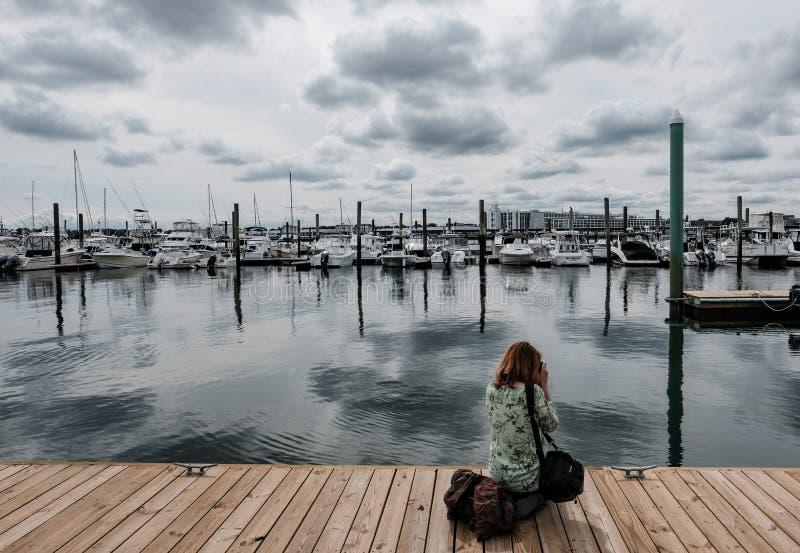 Der gesehene Frauenphotograph, Fotos von einem Neu-England zu machen beherbergten lizenzfreie stockfotos