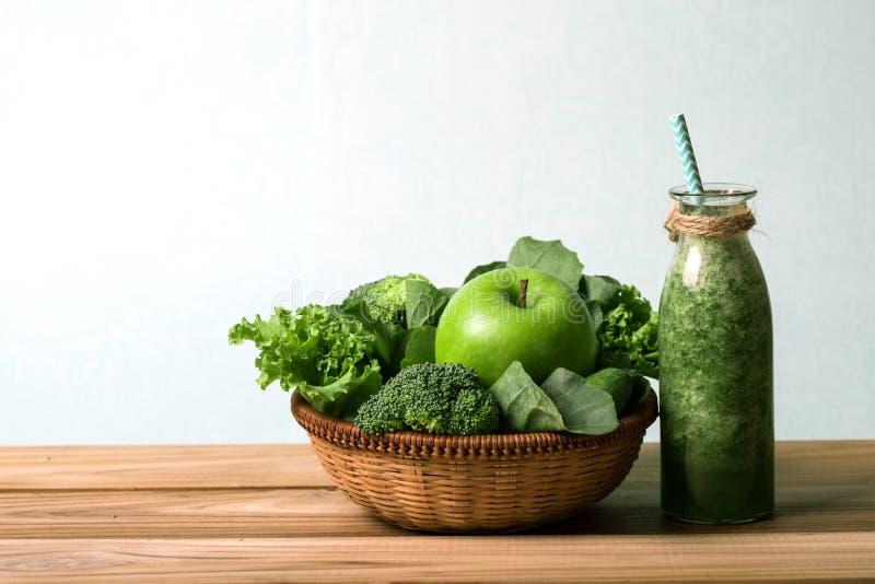 Der gesunde frische grüne Smoothiesaft in der Glasflasche auf a stockfotos
