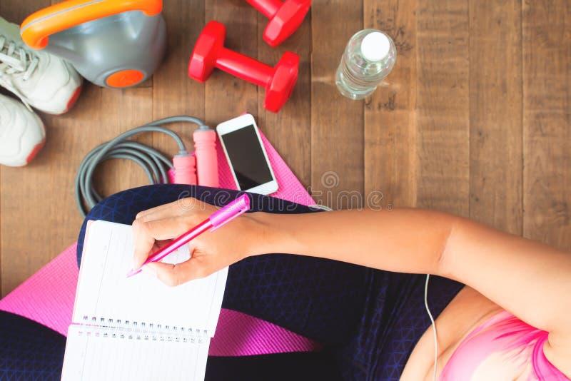 Der gesunden tägliches Training Frauenplanung der Draufsicht zu Hause, Diät und stockfoto
