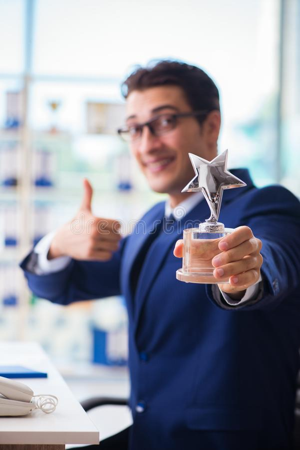 Der gewinnende beste Angestellte des Geschäftsmannes des Monatspreises stockbilder
