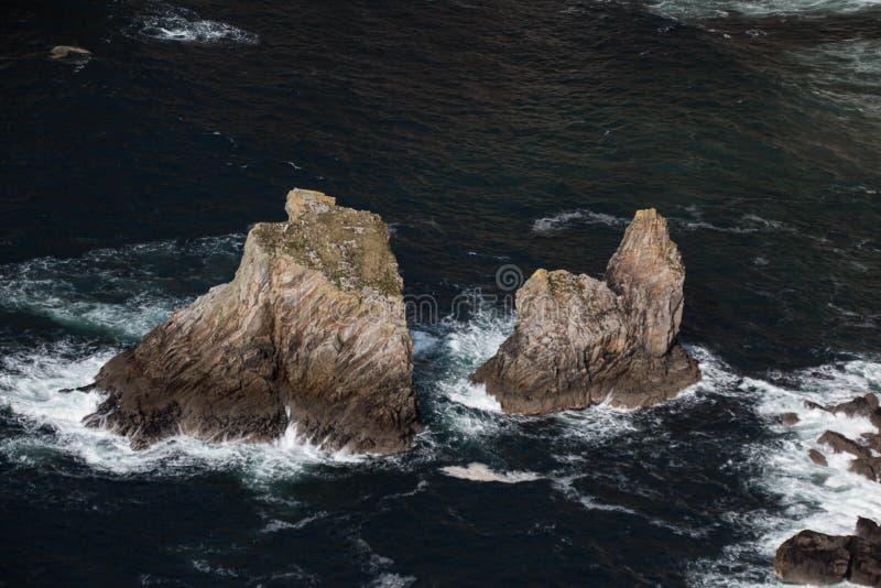 Der Giants verlegen und sitzen vor Irische Klippe und Bucht entlang Donegal-` s Küste, wie sie den Atlantik trifft lizenzfreies stockbild