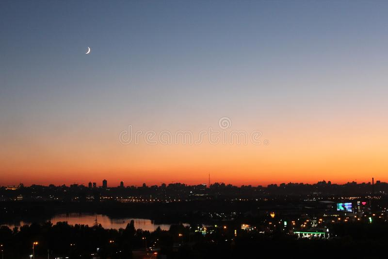 Der Glättungsmond und der Himmel über der Metropole stockfotos