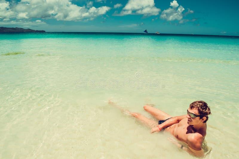 Der glückliche Mann in den Schwimmenschutzbrillen entspannen sich im Meer Sommerstrandferien genießend Zeit zu reisen Druck geben lizenzfreie stockbilder