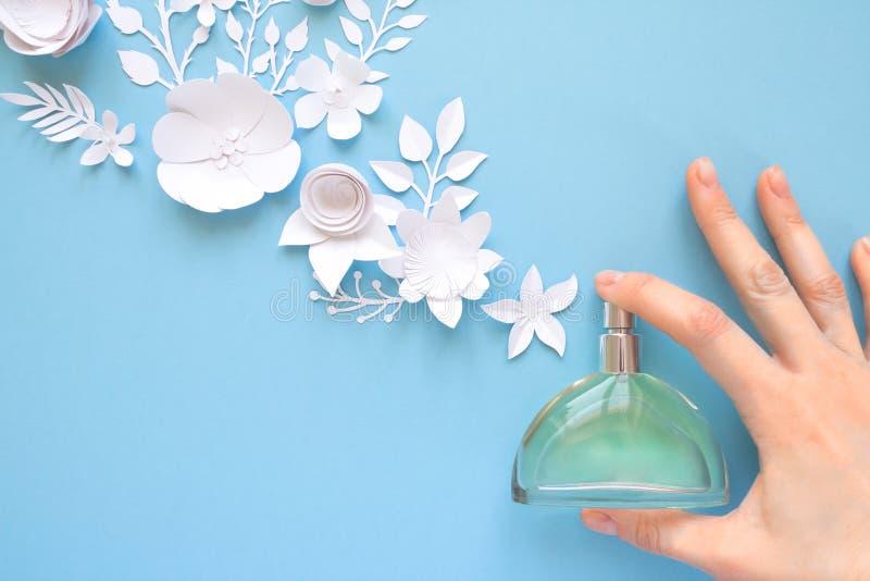 Der glückliche Tag der Mutter! Kartenkonzept Blumen, Duft, Parfüm lizenzfreie stockfotografie