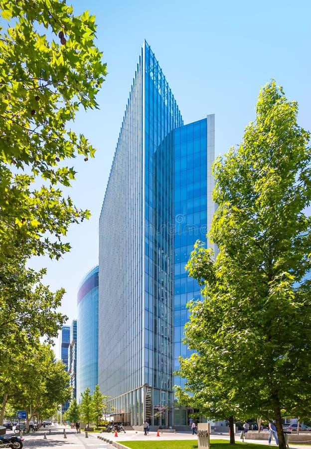 Der Glaswolkenkratzer von Barrio Nueva Las Condes, Santiago, Chile stockbilder