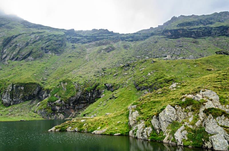 Der Gletschersee nannte Gummilack Balea Balea auf dem Transfagarasan lizenzfreie stockfotografie