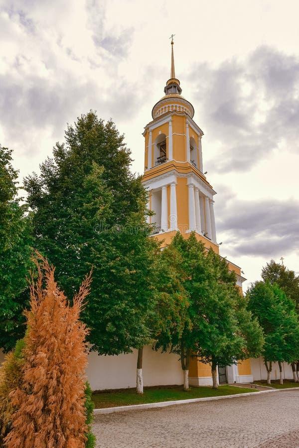 Der Glockenturm auf dem Kathedralen-Quadrat des Kolomna der Kreml lizenzfreie stockbilder