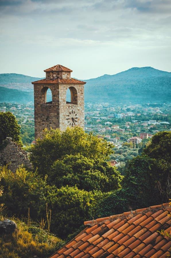 Der Glockenturm der alten Stadtstange, Montenegro Alte Ruinenfestung Welterbestätte durch UNESCO - Eigenschaften gesandt lizenzfreies stockbild