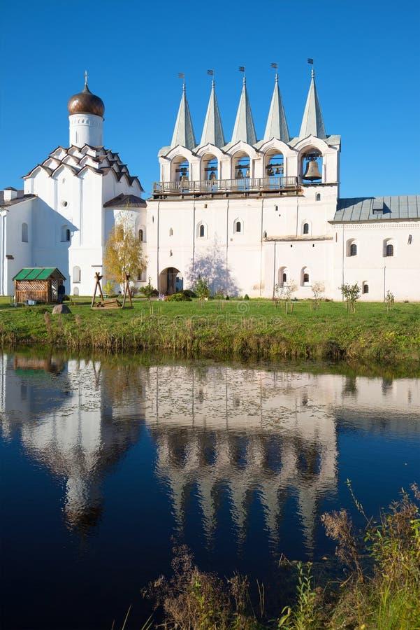 Der Glockenturm des Tikhvin-Annahmeklosters und seine Reflexion im Kloster stauen und glätten Tikhvin, Russland stockbilder