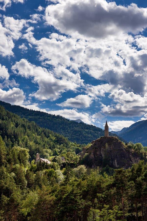 Der Glockenturm von Meolans Revel Dorf im Sommer Alpes-de-Haute-Provence, Alpen, Frankreich stockfotografie