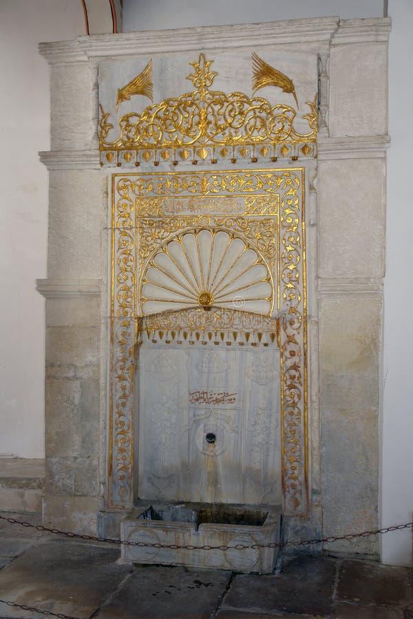 Der goldene Brunnen Der goldene Brunnenc$mag-zahn wird vom Marmor hergestellt und ist in einem Brunnenhof nahe dem Eingang zu lizenzfreies stockbild