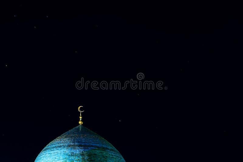 Der goldene Halbmond auf der Haube der Moschee Zunehmender Mond - ein Symbol des Islams an der Spitze des Tempels am n?chtlichen  stockbilder