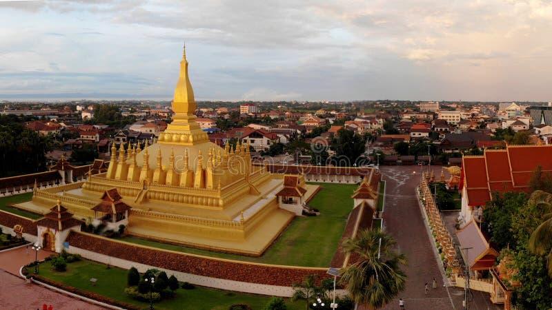 Der goldene Tempel ist im Sonnenuntergang hell stockbild