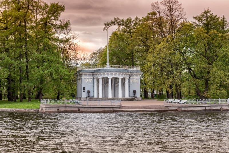 Der Granitpierpavillon mit dem Fahnenmast von Elagin-Palast auf dem Elagin-Inselspucken in St Petersburg stockfotos
