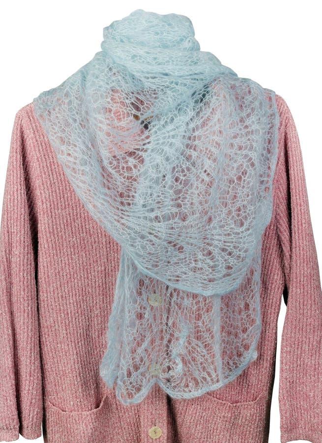 Der graue Schal der selbst gemachten gestrickten warmen woolen Frauen, der an einer rosa Strickjacke lokalisiert hängt stockfotos