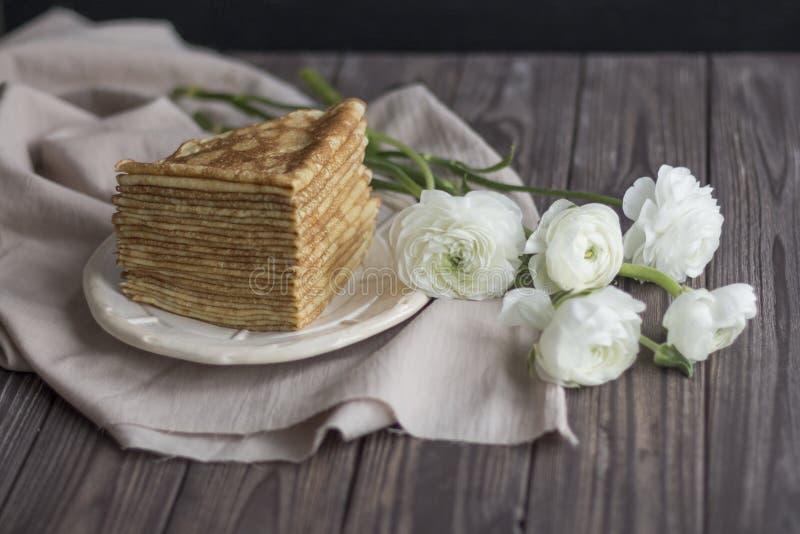 Der grauen Ranunkulyus-Butterblumeblumenstrauß Hintergrund Serviettennahaufnahme der Pfannkuchen dunkler stockfoto