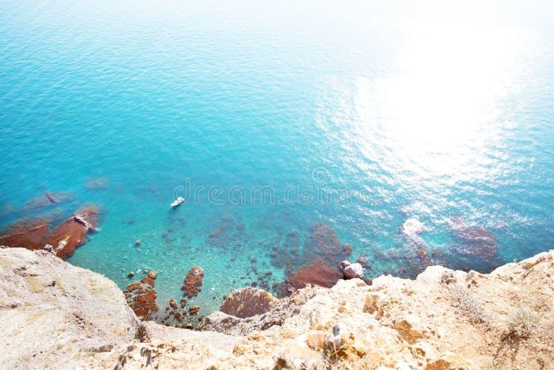 Der grelle Glanz der Sonne auf dem Meer und einer kleinen Yacht lizenzfreies stockbild