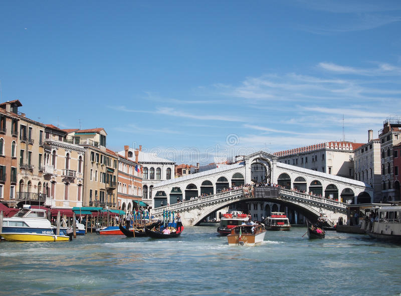 Der großartige Kanal mit der Rialto Brücke stockfotos