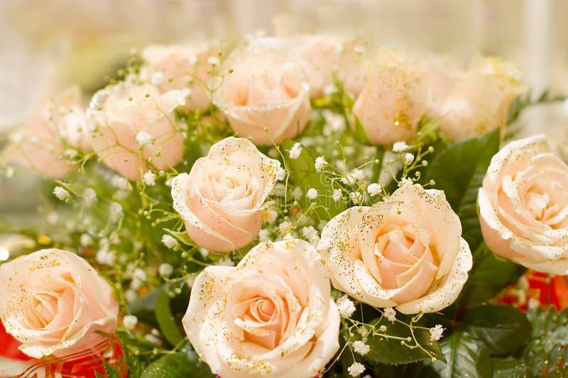 Der große Blumenstrauß der rosafarbenen Rosen lizenzfreie stockfotos