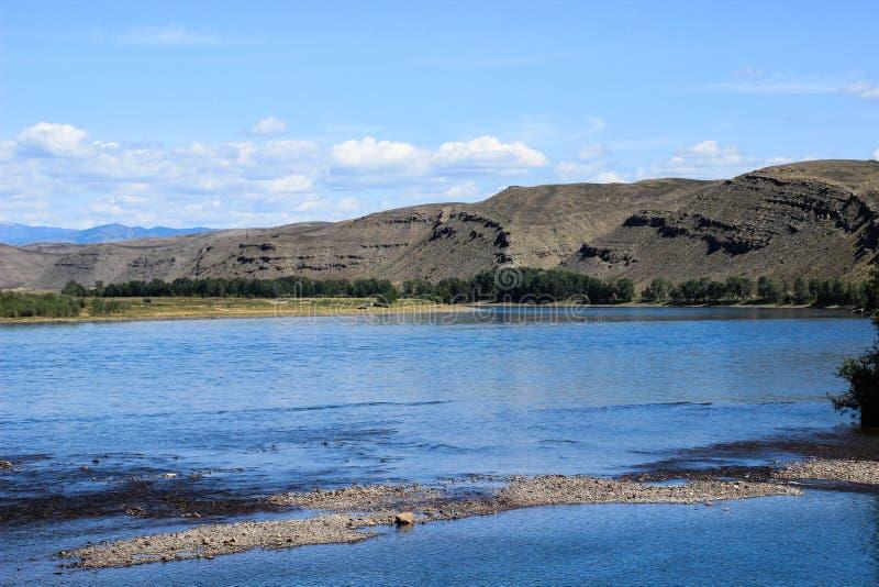 Der große russische Fluss Yenisei, der aus der sibirischen Region in der Mitte von Asien - Tyva stammt stockfotografie