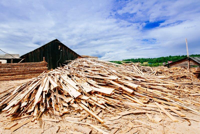 Der große Stapel von hölzernen Planken stockfotografie