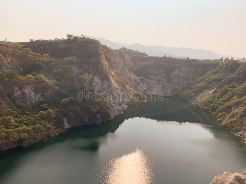 Der große Teichlandschaftshintergrund stockfotos