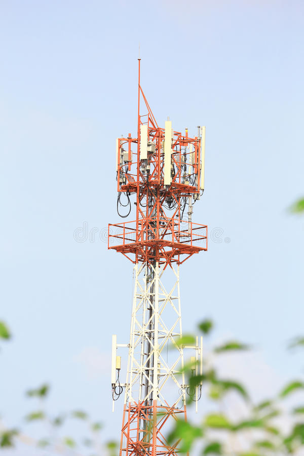 Der große Telekommunikationsturm mit blauem Himmel stockbild