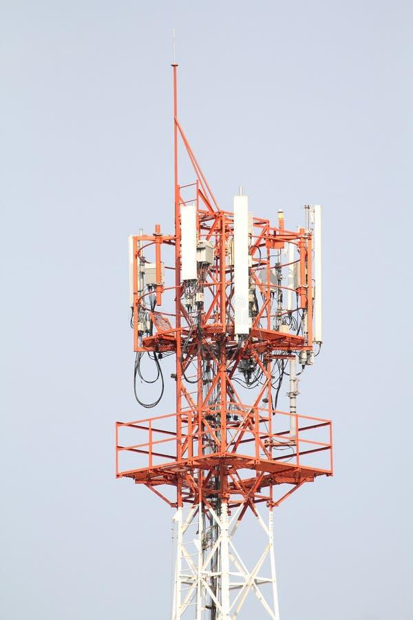 Der große Telekommunikationsturm mit blauem Himmel, als Hintergrund stockbild