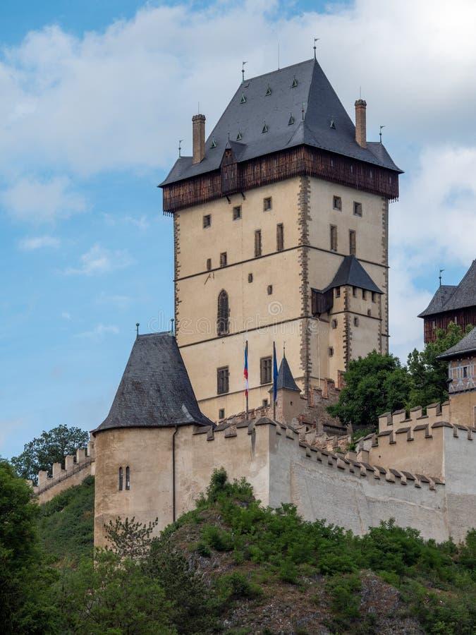 Der große Turm gotischen Karlstejn-Schlosses in Tschechischer Republik Böhmens auf Sunny Summer Day stockbilder