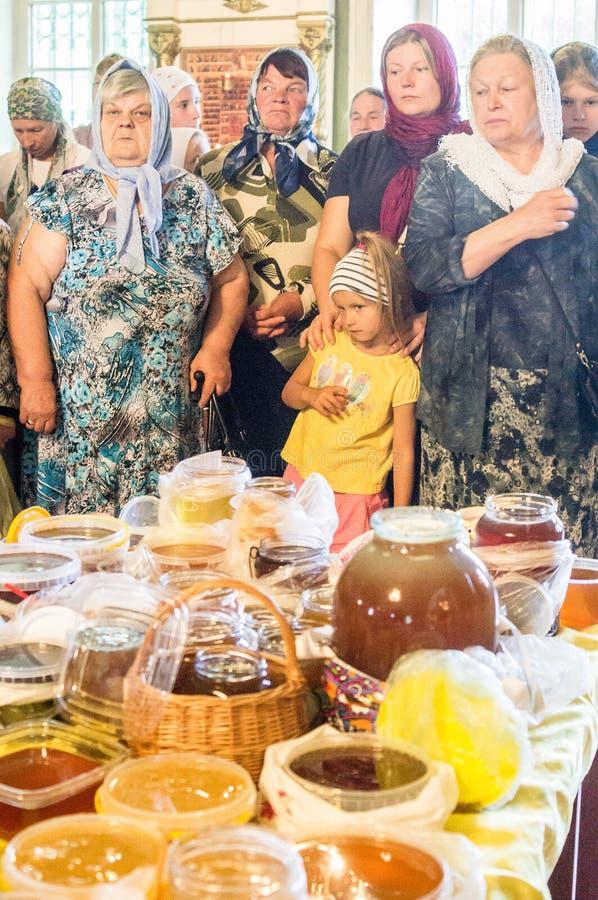 Der Großstadtbewohner feierte die göttliche Liturgie in der Russisch-Orthodoxen Kirche stockfotografie