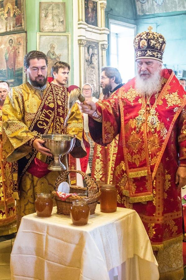 Der Großstadtbewohner feierte die göttliche Liturgie in der Russisch-Orthodoxen Kirche lizenzfreie stockbilder